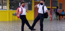 imagen muestra niños saludándose en pandemia