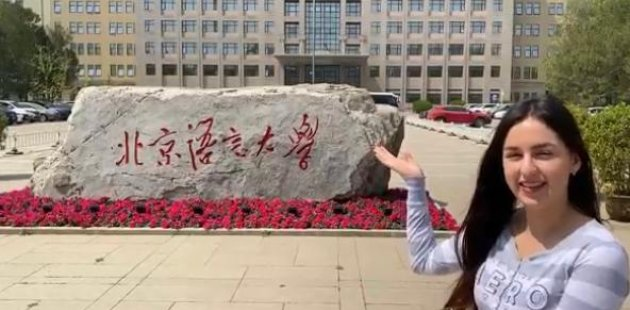 Foto muestra a estudiante costarricense que actualmente está en China