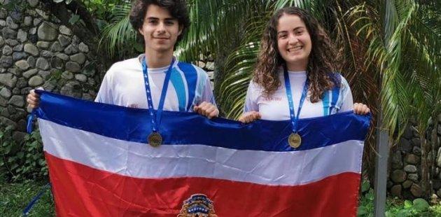 Dos de los ganadores de medallas en olimpiada de biologia