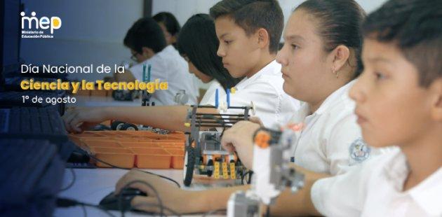 Estudiantes con objetos de laboratorio y robótica.