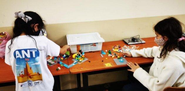 Dos niñas utilizando elementos de robótica