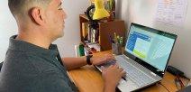 Foto muestra a docente utilizando la herramienta de evaluación
