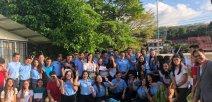 Estudiantes del nuevo colegio y líderes ducativos