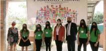 Foto muestra a la viceministra del MEP, al Embajador de Francia y estudiantes