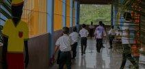 Niñas y niños disfrutan de caminar en la nueva escuela
