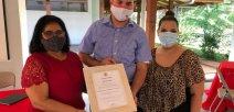 Foto muestra personal del colegio con el galardón en las manos