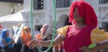 Mujer participante del festival posa con una ula ula