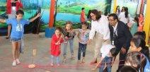 Guiselle Cruz, Ministra de Educación; y niños del centro educativo