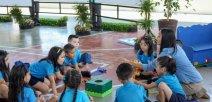 Estudiantes aprendiendo inglés con su maestra