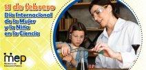 Una mujer y una niña explorando con la ciencia