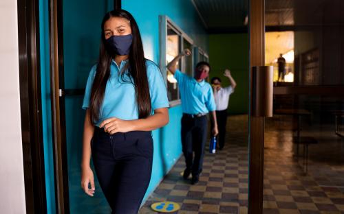 Estudiantes de secundaria haciendo fila para entrar a un aula